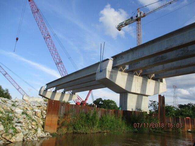Instalación de vigas en tramos de aproximación con las respectivas prelosas - Construcción sobre el Río Magdalena UF4, Noviembre 2018