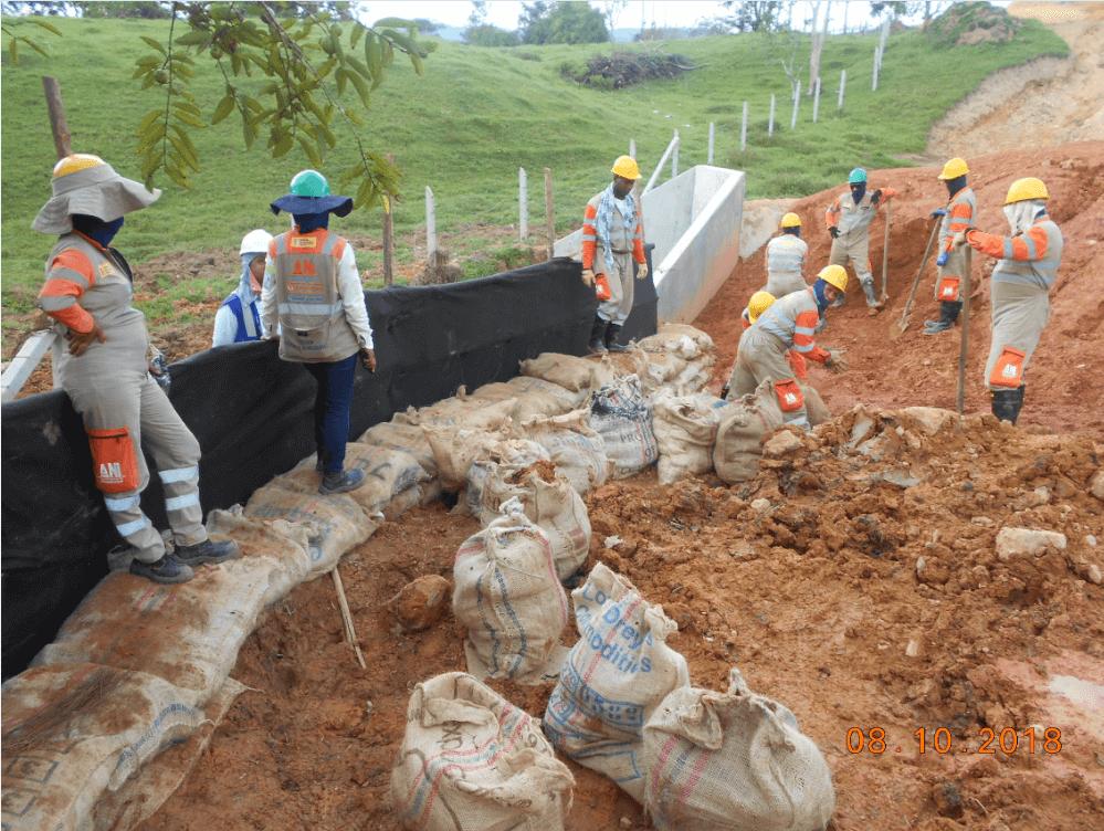 Implementación de trinchos de protección lateral para cruces de cuerpos de agua en uf3- Trinchos revestidos en geotextil y adozados con saco suelos - Octubre 2018