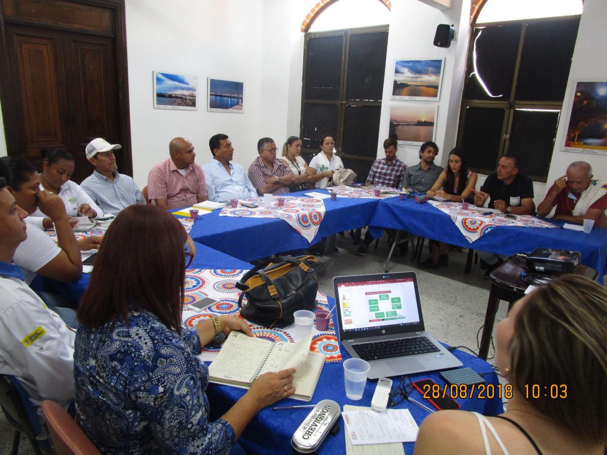 Mesa para promover el turismo entre el proeycto Río magdalena, la Cámara de Comercio del Magdalena Medio del nordeste antioqueño y otros participantes.